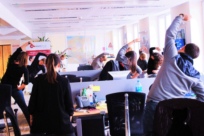 Ćwiczenia w pracy i stretching w firmie od HealthDesk