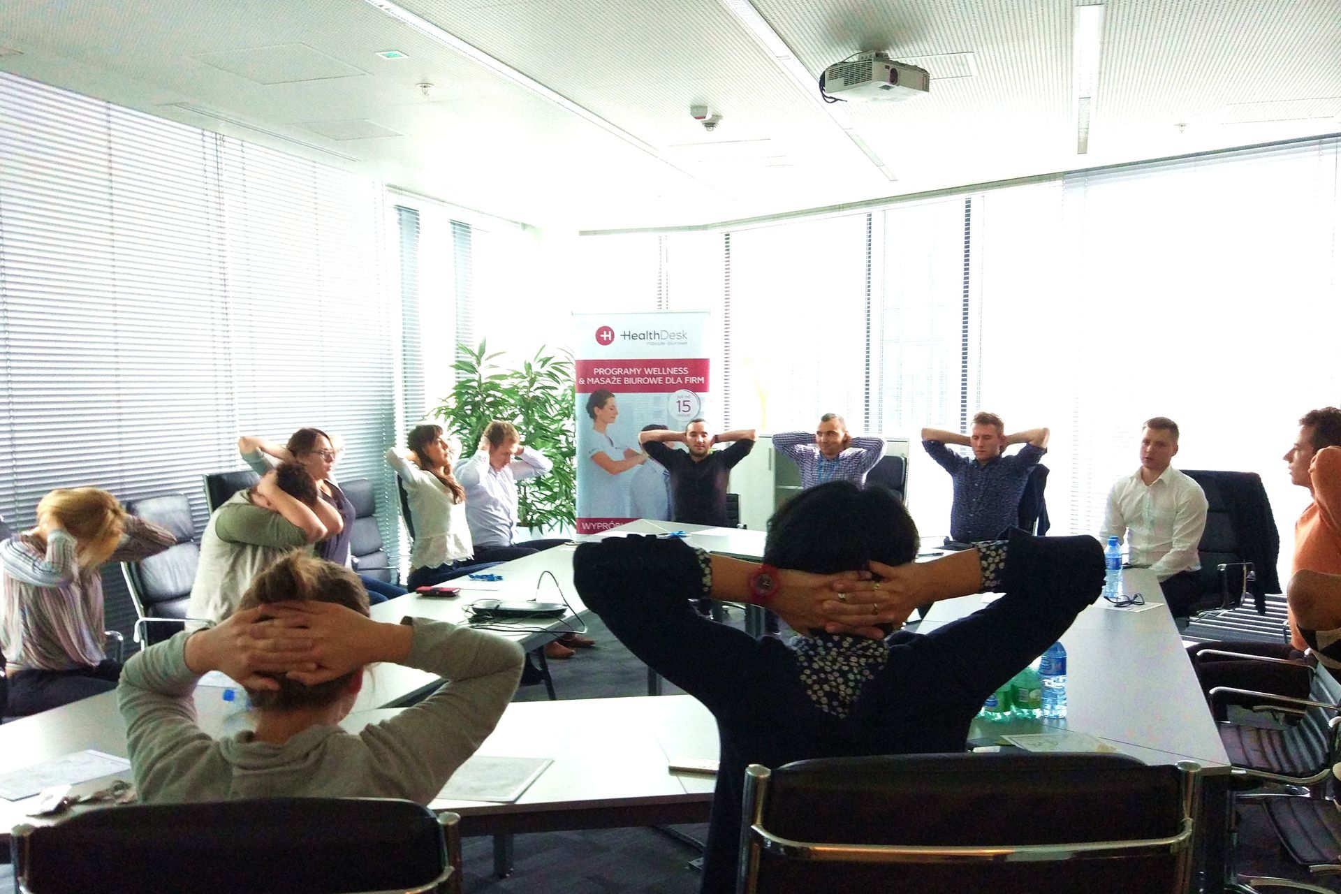 Ćwiczenia w pracy i stretching w firmie od HealthDesk 3