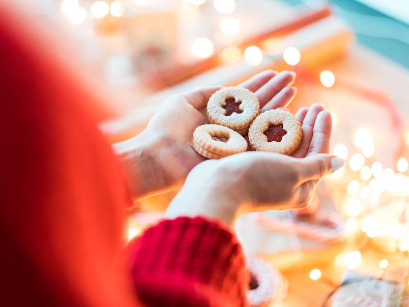 Webinar świąteczny kobieta trzyma ciastka w rękach